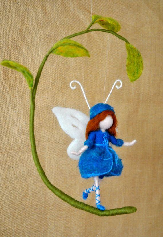 Décoration féerique de chambre d'inspiration Waldorf feutré à l'aiguille par MagicWool : Papillon bleu et feuilles