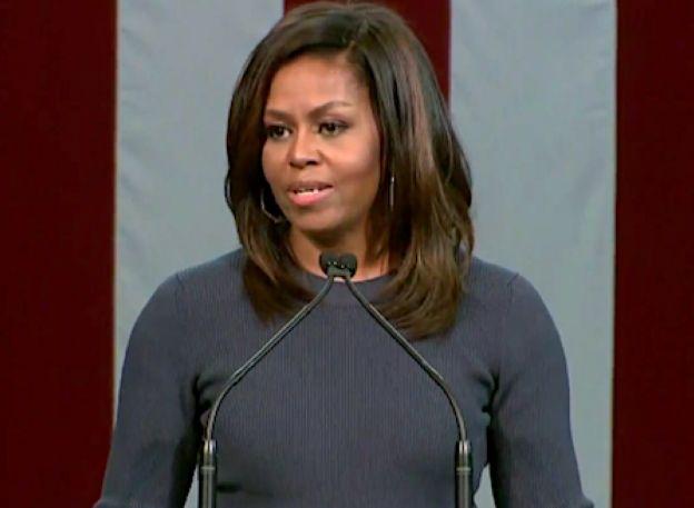 """Michelle Obama is helemaal klaar met de uitspraken van Donald Trump over vrouwen, die je volgens de pesidentskandidaat gewoon 'by the pussy' moet kunnen grijpen. """"Dit is niet normaal."""" """"Het was niet zomaar kleedkamerpraat"""", aldus Michelle Obama tijdens een toespraak in Manchester in New Hampshire over de woorden van de Republikeinse presidentskandidaat Donald Trump. """"Dit is een invloedrijk persoon met taalgebruik waar je je kinderen niet naar wil laten luisteren."""" 'Beangstigend en…"""