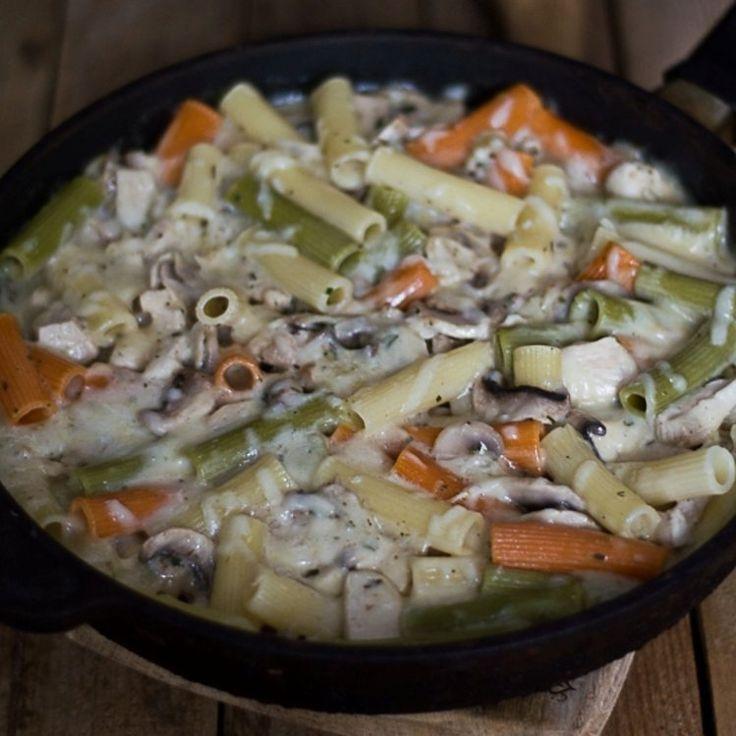 Zapiekanka makaronowa z patelni z kurczakiem