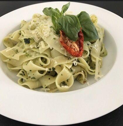 Merhaba, Pesto sosu, f esleğen, parmesan, çam fıstığı, sarımsak, ve zeytinyağından oluşan İtalyanların makarnalarından eksik etmediği soslar...