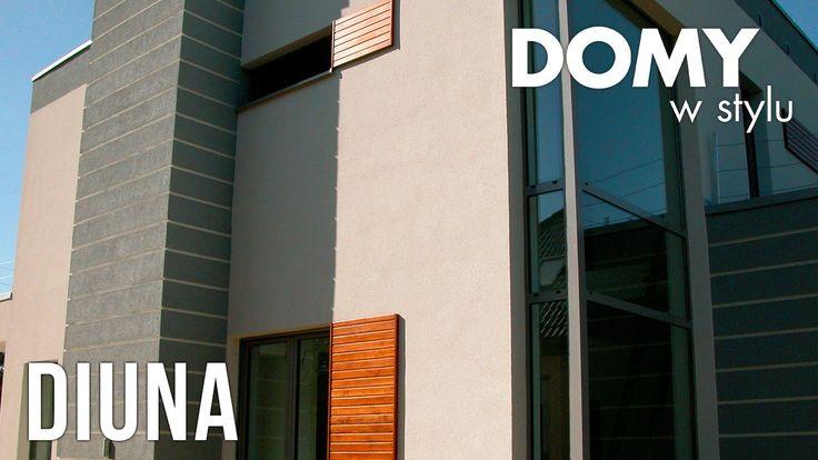 Projekt Diuna to jednorodzinny, piętrowy dom z garażem na dwa stanowiska. Charakteryzuje się nowoczesnym wyglądem i dużą ilością szklanych powierzchni. #domywstylu, #mtmstyl, #filmy, #realizacja, #projekty, #diuna