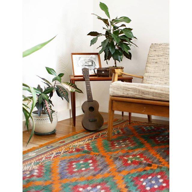 The MAHANA. Bringing the summer vibes into the room! . #kilim #rugs #kilims #homewares #bohemian #bohemianstyle #turkish #turkishkilim #kilimrug #thekilimco #antique #vintage #turkishrugs #vintagekilim #bohointeriors #bohoinspo #interiorstyling #homeinspo #homestyling #interiordesignideas #housegoals #jungalowstyle