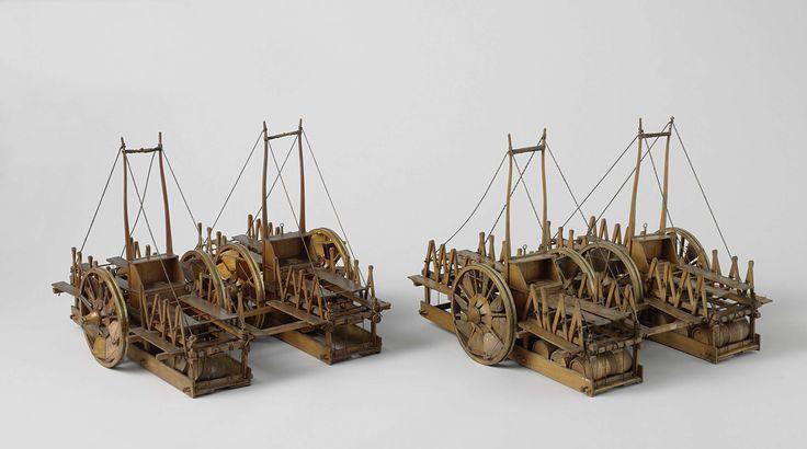 Sidney Smith (Sir) | Model van een reddingstoestel voor schipbreuken, Sidney Smith (Sir), 1832 | Twee identieke modellen van reddingtoestellen voor reddingsoperaties bij schipbreuk op een strand, incompleet. Ieder der toestellen bestaat uit twee met balken aan elkaar gekoppelde tweewielige waterkarren; deze karren zijn negentig graden om hun as gedraaid, zodat de disselbomen recht naar boven wijzen. Om de karren zijn lage compatimenten gebouwd, geheel gevuld met lege vaten, en voorzien van…