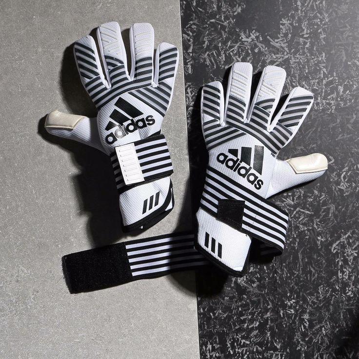 ¡El blanco y negro vuelve a estar de moda gracias a @adidasfootball!  #goalkeeper #football #soccer #futbolmania #ACE #portero #guantes Fotografía: Marcela Sansalvador