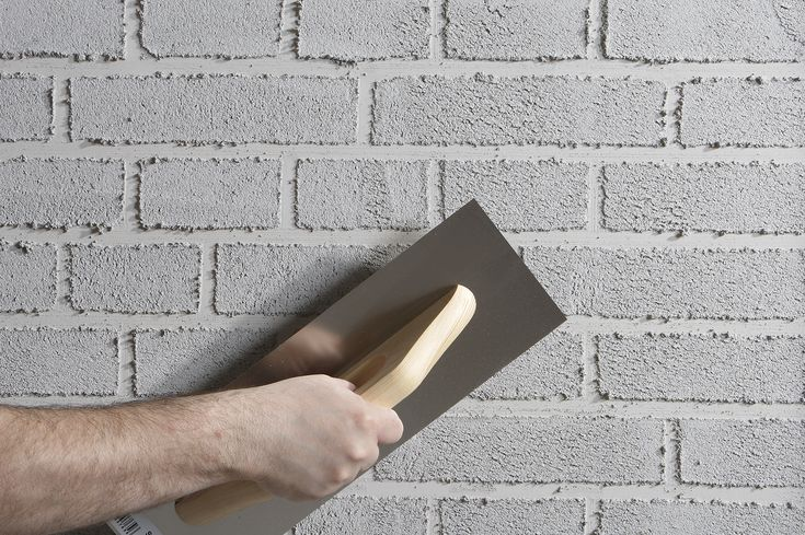 Hvem siger, at der skal bruges mursten for at lave en smuk vanskuret mustensvæg? Umiddelbart skulle man jo tro at det sagde sig selv, men det er faktisk ikke strengt nødvendigt – og slet ikke hvis det mest er udtrykket man er på udkig efter. Med få remedier kan man selv fremstille det flotte vandskurede look. På overflader som f.eks. gipsplader, gasbeton, hessian og glasvæv. Arbejdsprocessen er si