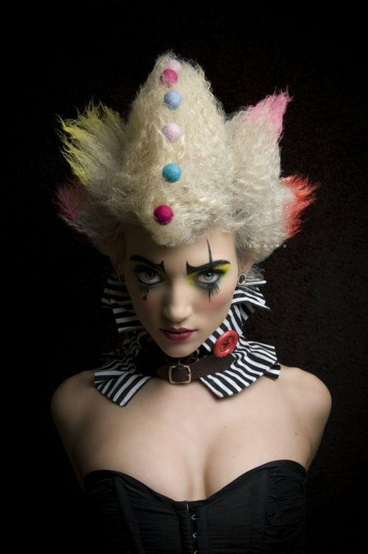 le maquillage de clown d'une jeune fille