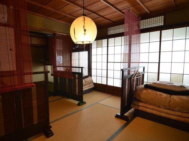 樂座是位於京都的中心地 – 祇園的一家住宅旅店。是建造了 100 年的原本是茶店的住宅旅館。如果要到京都觀光樂屋可以說是非常便利。費用:房間一人 3000 日幣。浴室、洗手間、廁所是共用的。沒有廚房,但有水壺和微波爐。  地址:京都市東山区宮川筋2丁目255番地