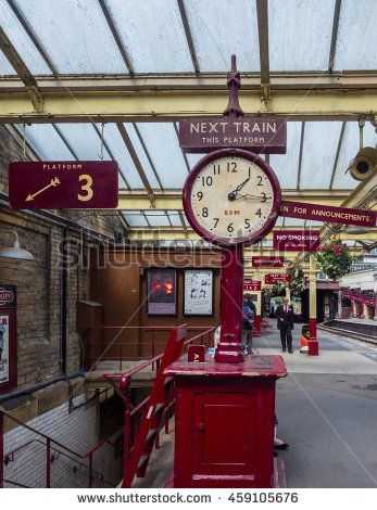 Howarth, Yorkshire, UK. July 17th 2016. Keighley and Worth Valley Railway. The station clock on platform 4 of Keighley railway station, Keighley,…