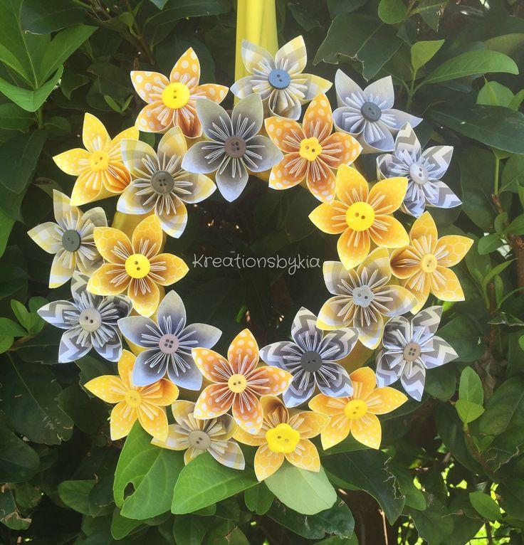 Guirnalda de flores de papel de origami!  Estas hermoso gris y amarilla guirnalda de flores de Origami sería un soporte hacia fuera en la puerta!!!! Estos podrían ser utilizados como centros de mesa, decoración de la vela o utilizan como decoración del partido. Esto también sería un regalo perfecto dar la bienvenida a un nuevo bebé. Las posibilidades son infinitas!  La corona está hecha de papel de scrapbook la especialidad que se cortan en 3 x 3 luego se dobla en un pétalo a combinarse para…