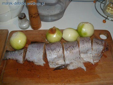 ROLADA ZE SZCZUPAKASkładniki:szczupak około 1,5 kg;3 cebule; 2 jajka;dwie suche bułki;sól, pieprz, majeranek,włoszczyzna kpl.;gęsta śmietana;tarta buł