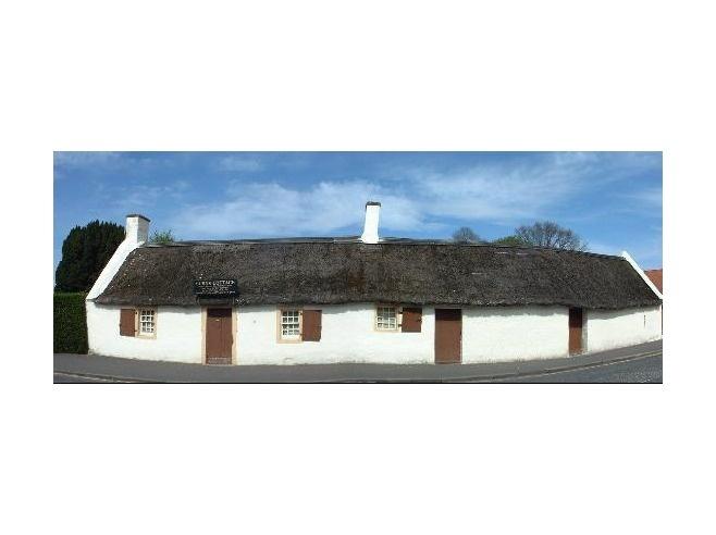 Un cottage imbiancato sulla spiaggia, la striscia nera di alghe marine sulla linea dell'alta marea, finestre ampie, un portico di legno costruito a metà, schiarito dai forti venti occidentali e dal debole sole scozzese. La casa era come la ricordava e lo stesso valeva per la spiaggia e il castello. Solo l'husky accoccolato sui gradini d'ingresso era cresciuto. p.107 [Quello nella foto è il cottage di Robert Burns, il grande poeta scozzese]