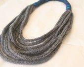 collana di lana fatto a mano con lana grigio e tessuto blu : Collane di semplice-design