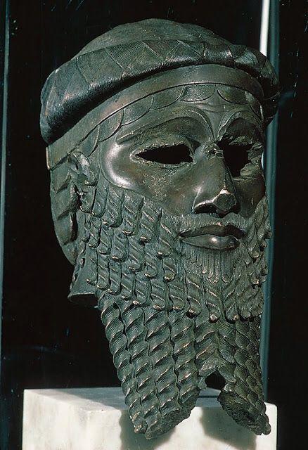La Máscara de Sargón data del año 2250 a. C. y fue elaborada en época del Imperio acadio, un gran reino de Mesopotamia formado a partir de las conquistas de Sargón de Acad 2334 a. C. – 2279 a. C. y que mantuvo su hegemonía durante 140 años. La pieza fue hallada en el templo de Ishtar, de la antigua ciudad de Nínive, cerca de la actual Mosul, localidad situada en el norte de Irak.