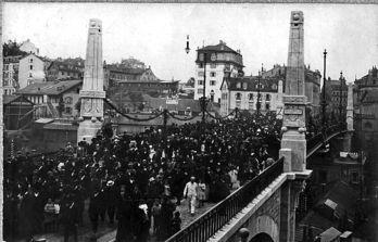 Le pont, qui passe au-dessus de la rue Saint-Martin, est inauguré le 24 septembre 1910. L'ouvrage, conçu par Eugène Jost, a été un peu simplifié, car jugé trop onéreux dans son concept d'origine. Les tourelles de style néomédiéval sont devenues des obélisques de style Louis XVI. Un don  de 500000francs du banquier et bijoutier Charles Bessières a permis sa construction.