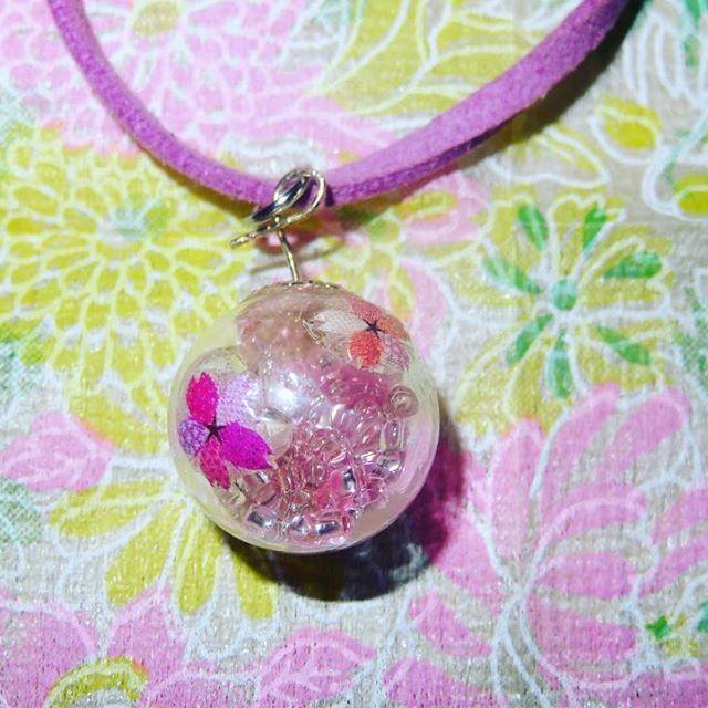 【yoko_yamazaki.jpn】さんのInstagramをピンしています。 《年内最後の作品です✨ 突然仕事から帰る途中の車の中で、桜のガラスドームが作りたい!ってなって笑 ガラスドームにピンクのビーズを入れ、周りに桜のネイルシールをデコレーションしました #ガラスドームに願いを込めて #ガラスドーム #ガラスドームアクセサリー #ガラスドーム #ペンダント #桜 # #ネイルシール #可愛い #cute #cherryblossom #glassdorm #レジン好きな人と繋がりたい #ハンドメイド好きな人と繋がりたい》