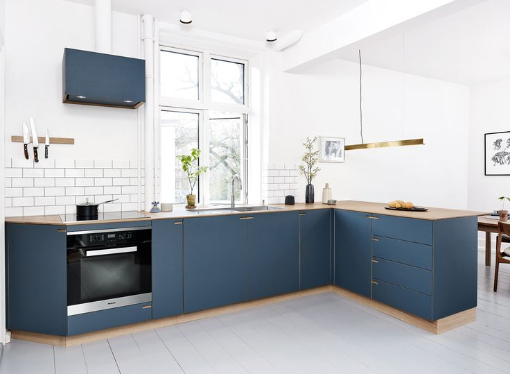 This beautiful blue coloured kitchen is located in a high ceiling apartment in central Frederiksberg.