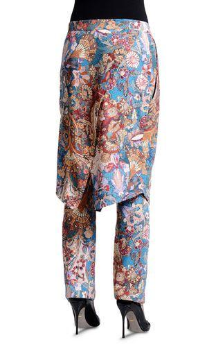 Sono i misteri delle terre persiane ad ispirare la collezione Turkish Glam di Just Cavalli. Camicie ampie, gonna a pantalone e cappotti 3/4.http://www.sfilate.it/226803/turkish-glam-roberto-cavalli-gioca-i-colori-ampiezze