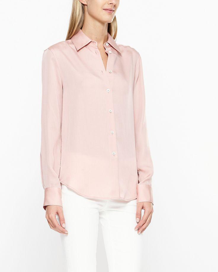 Fin skjorta från Filippa K med klassisk krage och ärmslut. Skjortan stängs med…