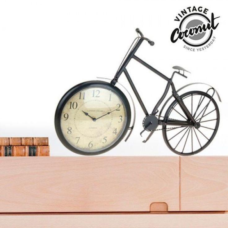 Πάντα ονειρευόσασταν ένα όμορφο ποδήλατο για να κάνετε βόλτες στην εξοχή? σας παρουσιάζει το απίθανο επιτραπέζιο ρολόι ποδήλατο!     Ιδανικό για να συμπληρώσετε τη vintage διακόσμησή σας ή να δώσετε μια νότα από άλλες εποχές στο χώρο σας, αυτό το πανέμορφ