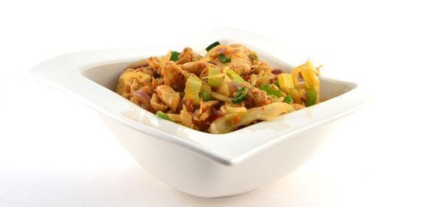 HetThaise roerbakgroente met kipfiletreepjes shoarma receptOver de thaise roerbakgroente met kipfiletreepjes shoarma Heb je erg weinig tijd om te koken, dan is dit Thaise roerbakgroente met kipfiletreepjes shoarma recept een ideale oplossing. Gezond en binnen 6-7 minuten te bereiden.Het klinkt misschien als een hele rare combinatie; Thaise en shoarma. Toch is het echt een lekkere