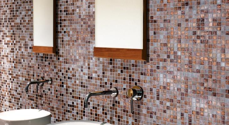Rivestimento bagno in mosaico di vetro conifer - Striscia di mosaico in bagno ...