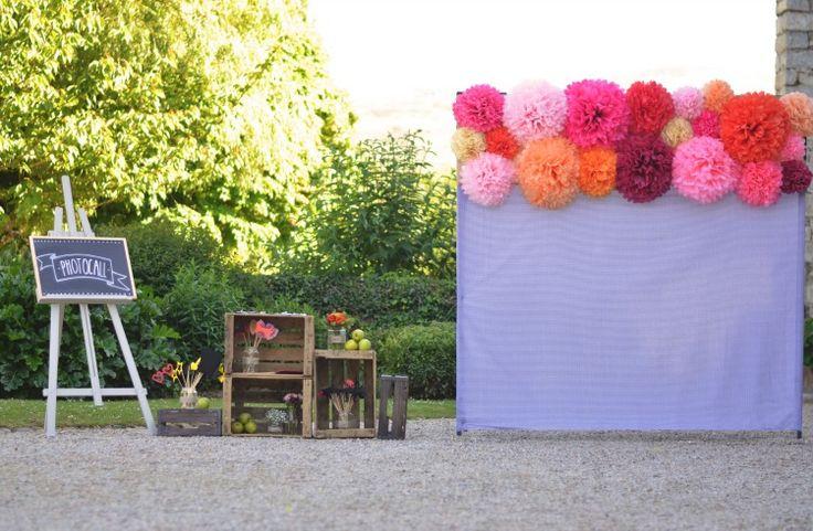 un photocall campestre y colorido para una boda en machoenia