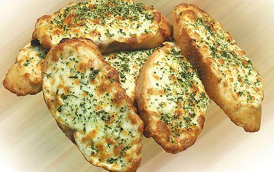 Запеченный чесночный хлеб с сыром, на аромат которого сойдутся все соседи! Готовится проще простого!