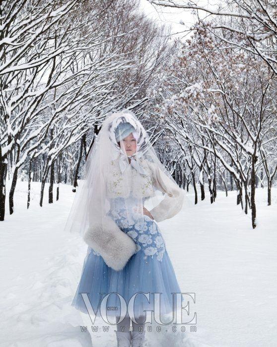 우리 옷, 한복의 자태(SOME FLOWER IN SNOW) / 2010년 02월호 / 포토그래퍼 김정한 / 스탭 스타일리스트 : 서영희, 헤어 : 김정한(J.H. Kim), 메이크업 : 공혜련 / 모델 : 강승현 / 출처 Vogue website