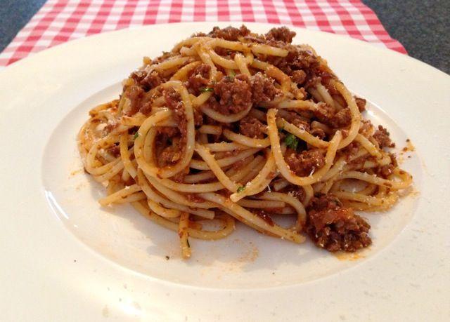 Spaghetti met Ragu Bolognese is het traditionele pasta recept uit Bologna. Wil jij dit recept op de echte manier bereiden? Bekijk dan het originele recept!