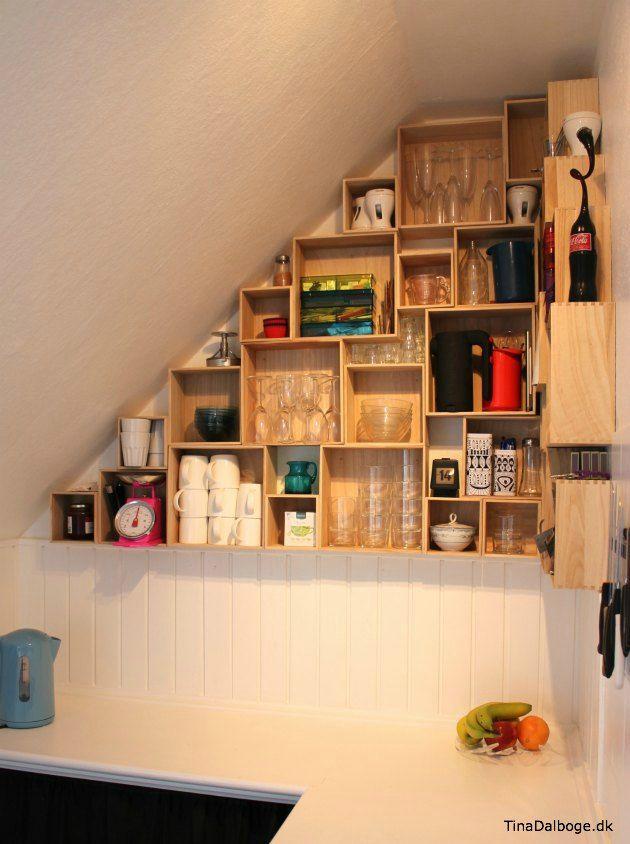 el uso de espacio de la pared en las paredes inclinadas en la cocina
