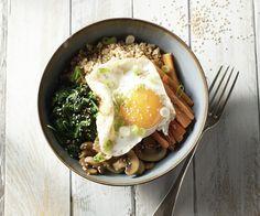 """Bibimbap con quinoa e un uovo fritto - Bibimbap è un popolare piatto della cucina coreana ancora relativamente sconosciuto. La parola significa letteralmente """"misto di riso con verdure, ma abbiamo scelto di sostituire la quinoa nutriente del riso. Un sorprendente piatto vegetariano, dove si sorprenderà i tuoi compagni di tavolo!"""