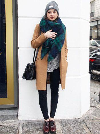 明るいキャメルのチェスターコートなら重ね着しても軽やか♪深い色合いのチェック柄の大判ストールとマニッシュなレースアップシューズは、キャメル色のコートとも好相性。