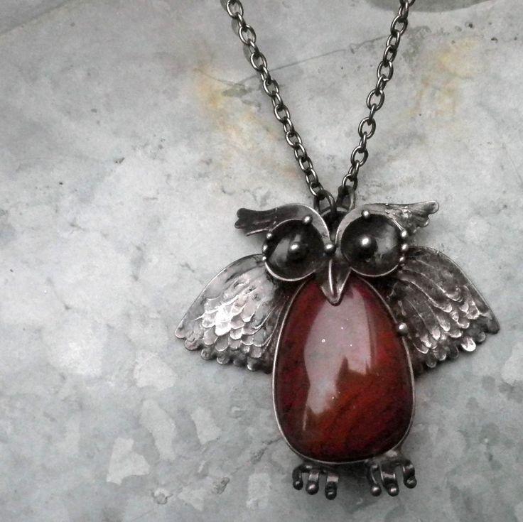 Symbol moudrosti... Šperk je vyroben z cínu. Vloženým minerálem je jaspis. Rozměry šperku jsou 5 x 4,5 cm. Šperk je zavěšen na řetízku délky 60cm. Při výrobě nepoužívám žádné kupované komponenty, vše je ruční práce. Na záčátku každého šperku je pouze kámen, cín a drát. Ke šperku si můžete přiobjednat náušnice či prsten :)