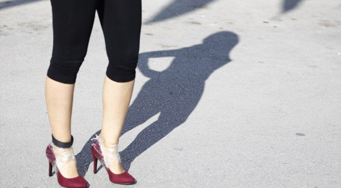 Antalya'da bu yıl 12'incisi düzenlenen Runatolia Uluslararası Antalya Maratonu, yüksek topuklu koşu ve halk koşusuyla başladı. Yarış öncesi kadınlar, parkurda düşmemek için topuklu ayakkabıyı ayaklarına bantlayarak, önlem aldı. Topuk ölçümü tamamlanan kadın yarışmacılar, 5 santimetre...  #Giyip, #Topukları, #Yarıştılar, #Yüksek http://havari.co/yuksek-topuklari-giyip-yaristilar/