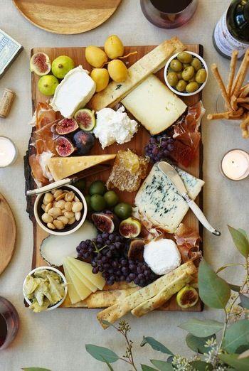 色々な食材をのせたおつまみプレートも人気です。華やかでパーティーにもぴったり。お好みのチーズに旬のフルーツやナッツを盛り合わせれば、風味とともに四季の彩りも同時に楽しめます。