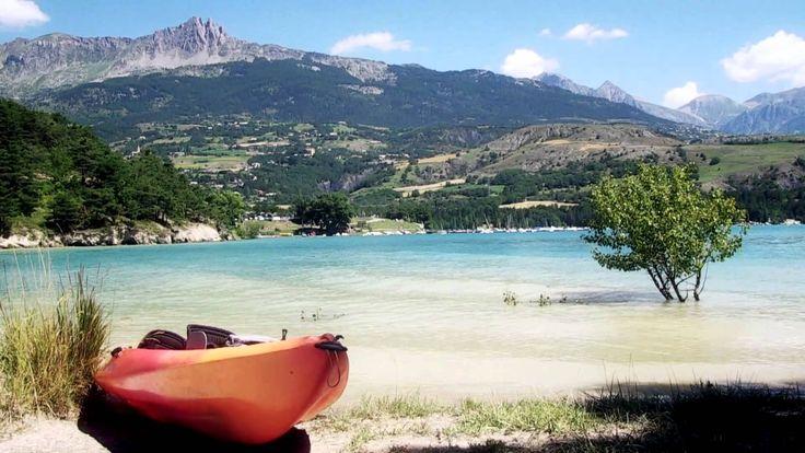 L'été au bord de l'eau, au Pays des Petits Princes, les Hautes-Alpes côté sud ! Des vacances en familles au bord de l'eau, du côté sud des Hautes-Alpes, c'est du farniente, du soleil et des loisirs pour tous les goûts et tous les âges... Voile, baignade, pédalo, promenade en bateau, toboggan aquatique, kayak, bouée tractée, paddle, téléski nautique, catamaran, bronzage, fruits d'été, et j'en oublie !