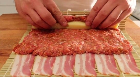 Avete mia preparato il bacon sushi? Dall'aspetto sembra essere un piatto davvero gustoso. In queste immagini di COOK WITHMEAT (https://www.youtube.com/channel/UCkUYbSFAdzHqWigLwMscLDQ) ecco il tutorial da seguire passo dopo passo. Avvolgere 500 grammi di carne macinata e 2 barrette di formaggio all'interno di 12 fette di pancetta; aggiungere salsa barbecue per rendere il tutto più saporito e il vostro piatto avrà un sapore unico.