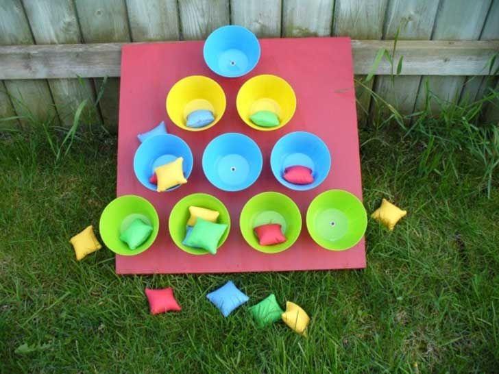 Juego para lanzar: Sólo necesitas vasos y una base, que puede ser de cartón o de corcho. Los puedes pegar o afirmar con un clavo, y para las bolsitas puedes usar cualquier tipo de género y lo llenas con arroz o tierra. rvb1eerd