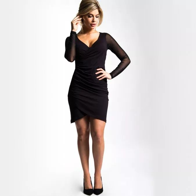 Dit prachtige charmante jurkje heeft kanten mouwen die bedrukt zijn met 1001 zwarte subtiel glimmende sterretjes. De mooie fit en de schuine gerimpelde overslag aan de voorkant maken dit jurkje tot een van de meest charmante uit onze collectie. Gemaakt van heerlijke modal dat ook tijdens het dragen en na het wassen mooi blijft. Combineer met de bijpassende kanten sterren legging voor een extra feestelijk effect.