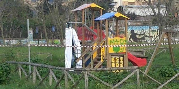 Trovato uomo impiccato nel Parco del Pineto, la vittima ancora non identificata si sarebbe tolto la vita, secondo una prima ipotesi, con una sciarpa.