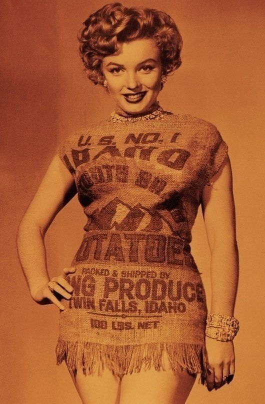 Мэрилин Монро доказывает всем, что может выглядеть потрясающе даже в картофельном мешке, 1951 год.