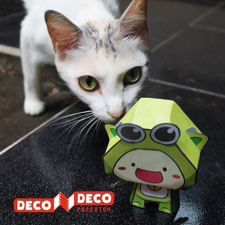 Bukan cuman HaPi & Ipo yang bisa temenan sama hewan peliharaan di rumah KuPi juga bisa lho  Tuh kucing cantiknya sampai cium-cium KuPi kaya gitu -  #decodeco #decodecoclub #decodecoplay #decodecoland #3dpuzzle #bongkarpasang #mainananak #diorama #karakter #kupi #kucing #dekorasi #toys #parenting #edukasi #kreatif #peliharaan Papercraft cute dollhouse