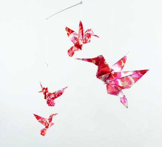 Mobile bébé origami, 5 colibris roses, papier luxe japonais, motifs fleurs scintillantes, cadeau naissance