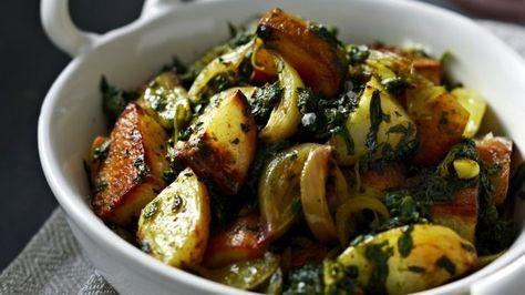 Špenátové brambory na indický způsob můžete připravit jako netradiční přílohu, ale věřte, že jsou tak dobré, že je možné sníte jen tak samotné.