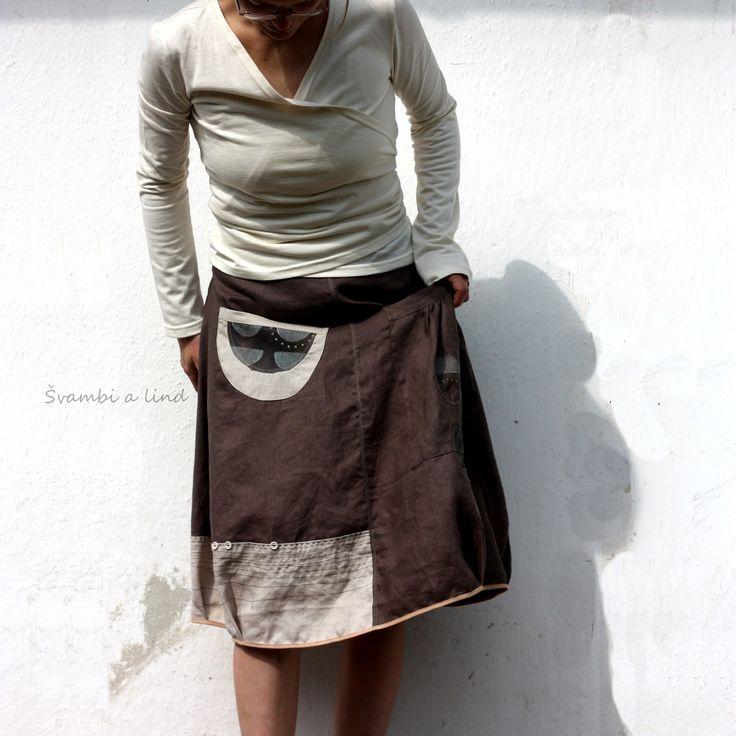 """lněná s otisky(vel.36/38) Originální sukně je ušitá z hnědého lnu, na který jsem aplikovala kola ze stejného lnu, který nejprve lind dle vlastního návrhu upravila """"otisky"""" . Z části je sukně kombinovaná i s krémovým/přírodním lnem(ten je strojově prošívaný a sem tak aplikované knoflíky) *** Pro představu, jak náročný proces vzniku nového kusu látky je, se ..."""