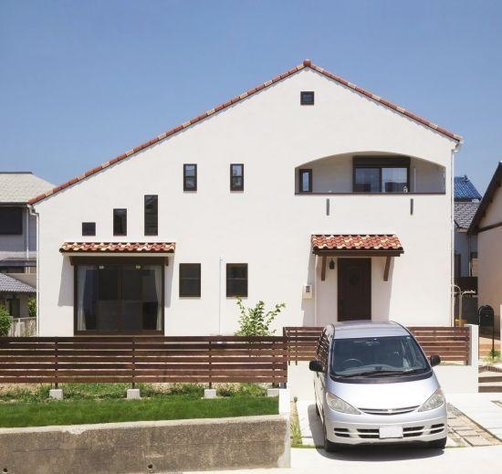 まっ白な塗り壁に赤いのびやかな大屋根のお家
