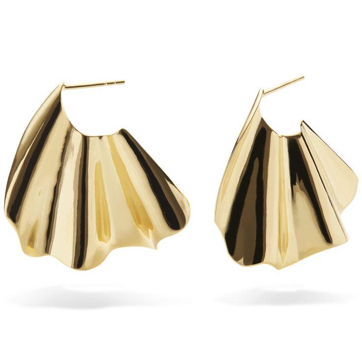Inspireret af nordens enkelthed og havets vilde bølger kan de smukke og skulpturelle Shell øreringe opgradere ethvert outfit. Sterling sølv(925), belagt med 18 karat guld i blankpoleret finish. Varenummer: 9310 a.