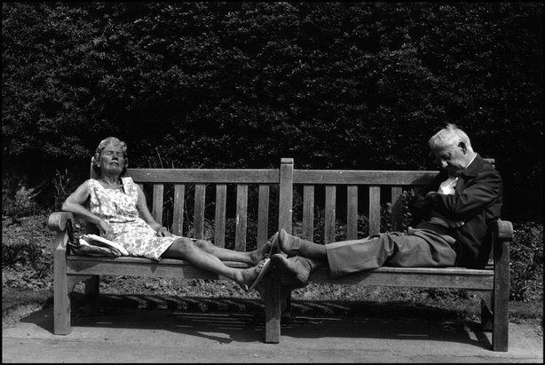 A couple sleeping on a park bench (by Martine Franck, 1980)