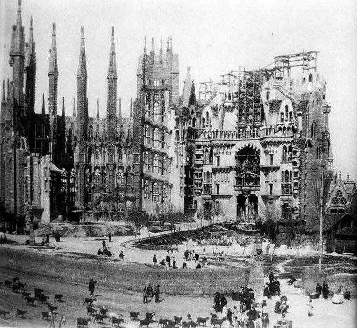 Саграда Фамилия в Барселоне: земное чудо, возвышающееся к облакам. (Саграда Фамилия в 1915 году)