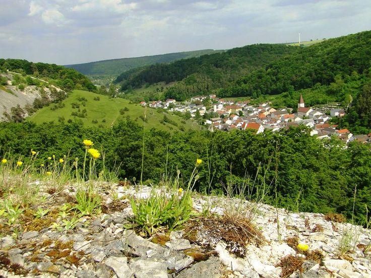Blick vom Horstberg ins Gailachtal mit dem Ort Mörnsheim